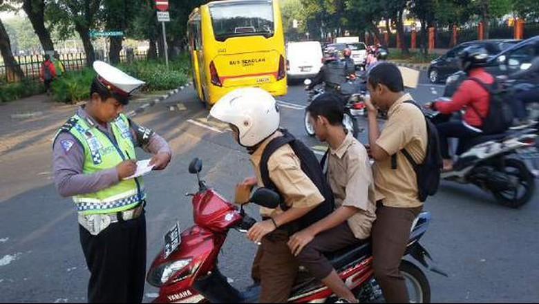 Anak di bawah umur yang berkendara akan dikenakan hukuman karena tidak memiliki SIM. Foto: TMC Polda Metro