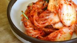 Kimchi, makanan asli Korea Selatan, dibuat dari fermentasi sayuran yang diberi bumbu pedas. Tak hanya enak, kimchi juga diketahui bermanfaat bagi kesehatan.