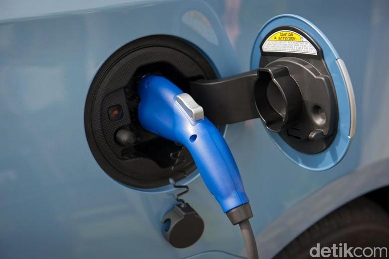 Ilustrasi pengecasan mobil listrik. Foto: Toyota
