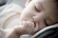 Kebiasaan isap jempol saat kecil bisa sebabkan gigi gingsul.