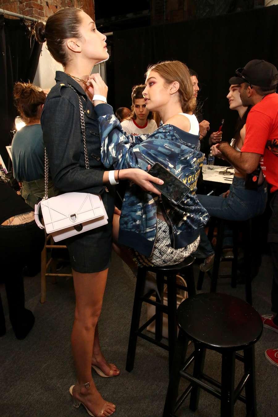 Mengintip Gigi Hadid di Backstage New York Fashion Week