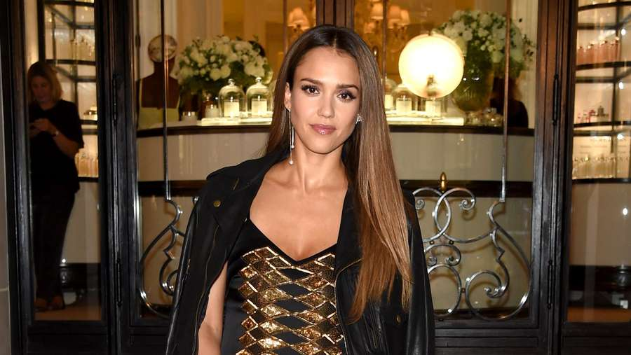 Gaya Jessica Alba di New York Fashion Week