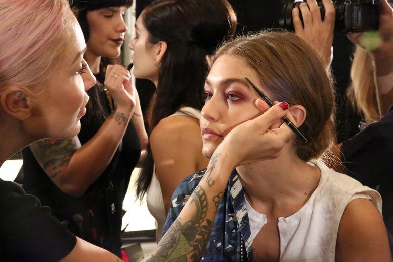 Seperti biasa, Gigi Hadid memulainya dengan make-up. Astrid Stawiarz/Getty Images/detikFoto.