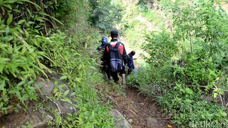 Cerita dari SMP Terpencil di Jateng: Medannya Ekstrem, Honor Guru Rp 300 Ribu