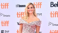 Kenakan floral dress, Reese Witherspoon terlihat percaya diri. Mike Windle/Getty Images/detikFoto.