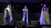 Mereka langsung membuka dengan lagu Mahadaya Cinta dengan mengenakan jubah putih. Pool/Gus Mun/detikFoto.