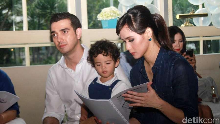Family Time! Fachri Albar dan Renata Kusmanto Kompak Jaga Anak