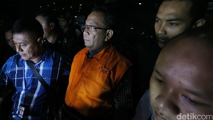 Pasangan suami istri (pasutri) yang diduga menyuap Ketua Dewan Perwakilan Daerah (DPD) Irman Gusman, yakni inisial XSS (suami) dan MMI (istri), keluar dari Gedung KPK, Sabtu (17/09/2016) malam. Mereka kini sudah mengenakan rompi tahanan KPK berwarna oranye. Grandyos Zafna/detikcom