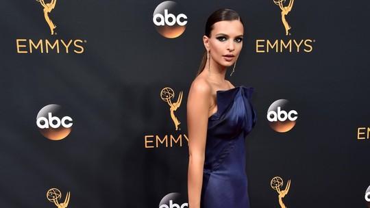 Emily Ratajkowski Tampil Seksi dan Elegan