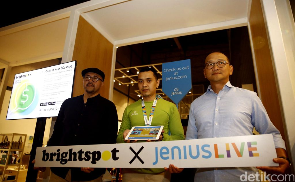 Co Founder Brighspot Market and the Goods Dept Anton Wirjono (kiri) dan Deputy President Director BTPN Djemi Suhenda (kanan) memperkenalkan Jenius Live x Brightspot Market of the Future.