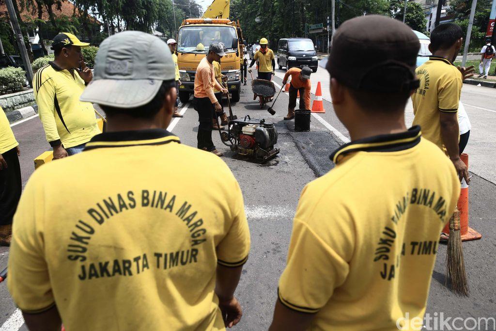 Memasuki musim penghujan banyak jalanan di Jakarta yang berlubang. Petugas Bina Marga pun melakukan penambalan lubang tersebut.