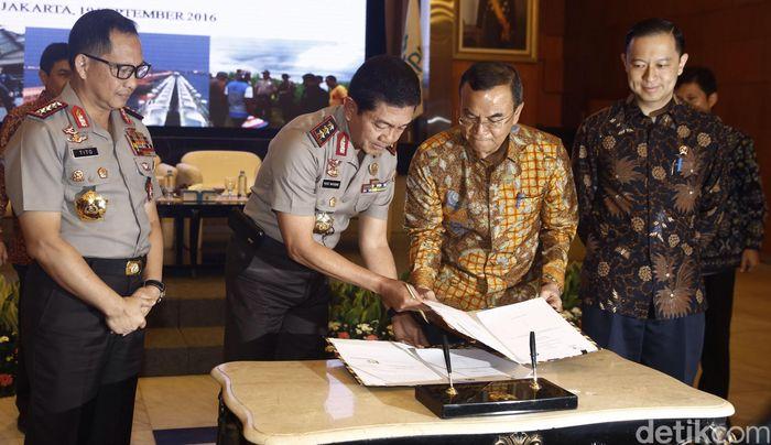 Kabaharkam Polri Putut Eko Bayuseno bertukar naskah kerjasama dengan Deputi Bidang Pengendalian Pelaksanaan Penanaman Modal BKPM M. Azhar Lubis disaksikan oleh Kapolri Jendral Tito Karnavian dan Kepala BKPM Thomas Lembong di Jakarta, Senin (19/9/2016).