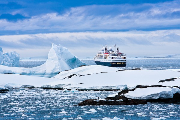 Ada sebuah kamp di Kutub Selatan, hasil dari lebih dari satu abad penjelajah pemberani yang mencoba mencapai titik paling selatan Bumi. Tapi kamu harus sangat bugar, kuat, dan kaya untuk sampai ke sana. Icetrek menyelenggarakan berbagai ekspedisi, dan biayanya lebih dari USD 50.000 untuk terbang ke sana. Dan itu setelah sampai ke Punta Arenas di Chile. Ada cara yang sulit yaitu dengan ski, dan kamu akan menghabiskan berhari-hari berjalan dengan susah payah melintasi gurun Antartika yang beku. (Thinkstock)