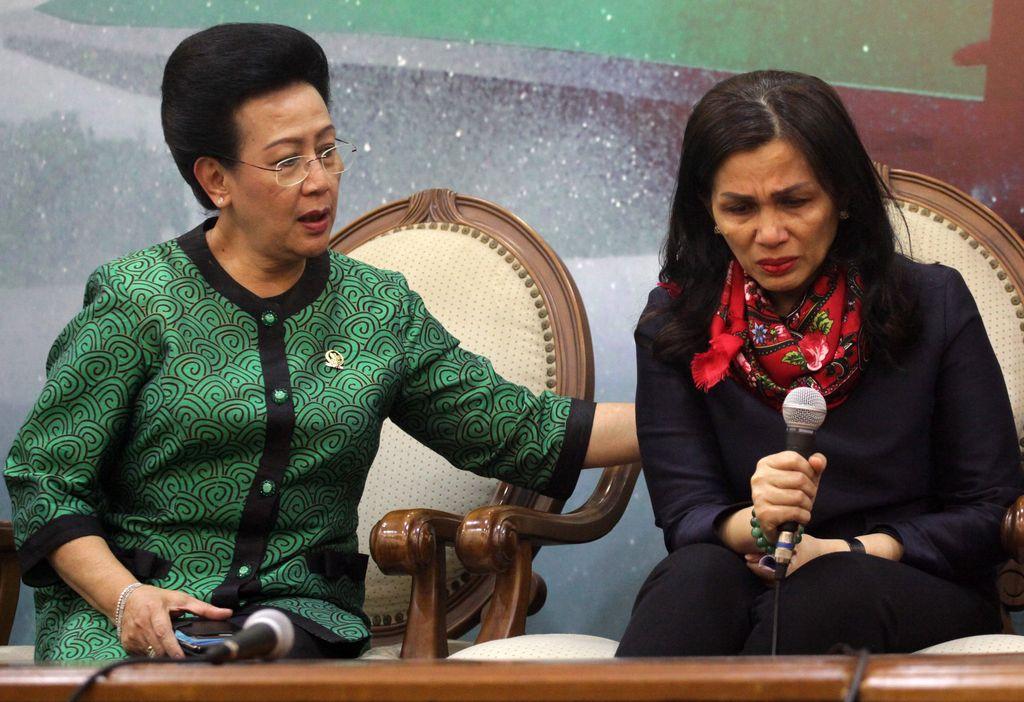 Liestyana Rizal Gusman memberikan keterangan terkait penangkapan suaminya (Lamhot Aritonang/detikFoto)