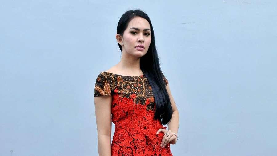 Gaya Kartika Putri dengan Batik Merah