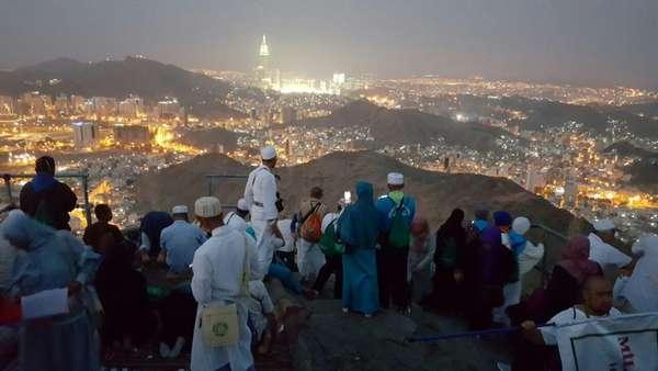 Jemaah Indonesia Menikmati Subuh di Jabal Nur
