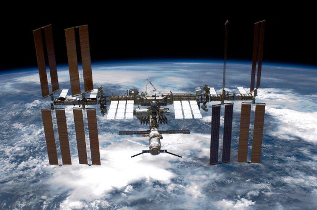 Tampak stasiun luar angkasa International Space Station (ISS) melayang di atas permukaan bumi. Foto ini diambil oleh pesawat ulang alik Endeavour milik NASA. Foto: Getty Images