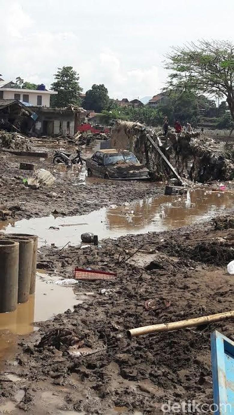 Terjadi Longsor di Cisewu, Jalan Garut-Bandung Terputus