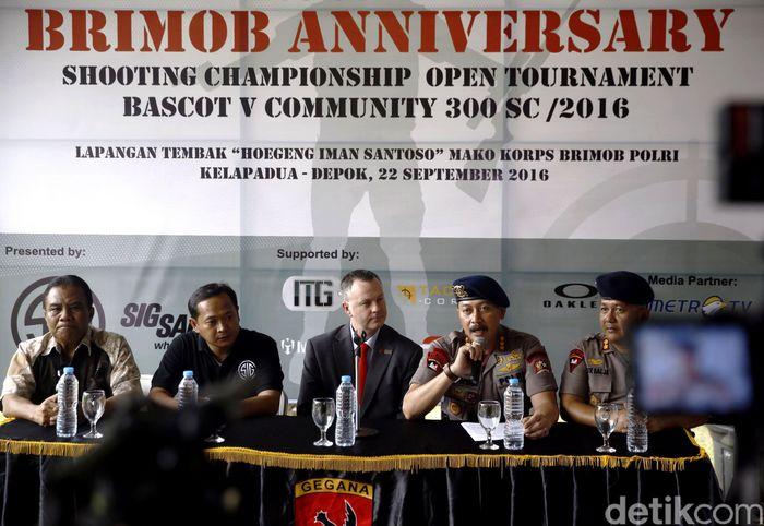 Danmen 1 Gegana Koprs Brimob Polri Kombes Donyar (dua dari kanan) memberikan keterangan pers terkait kejuaraan menembak yang akan digelar di Lapangan Tembak Hoegeng Imam Santoso, Mako Brimob Kelapa Dua, Depok, Jawa Barat.