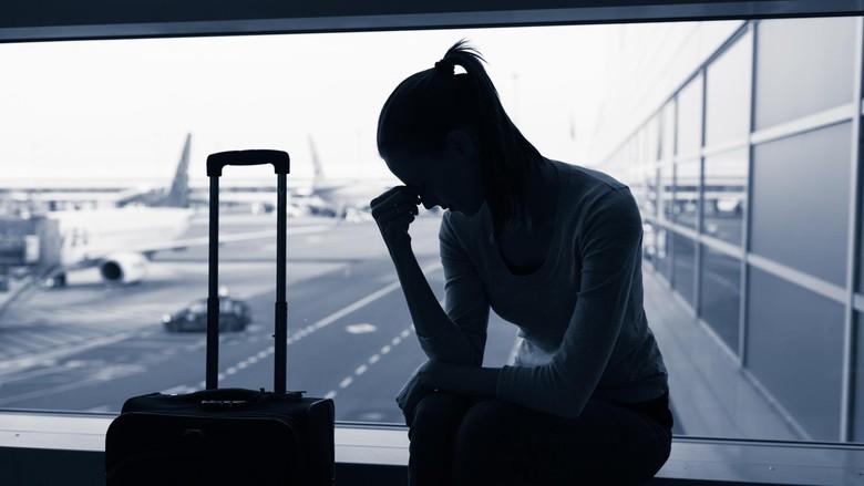 ilustrasi traveler sedih di bandara