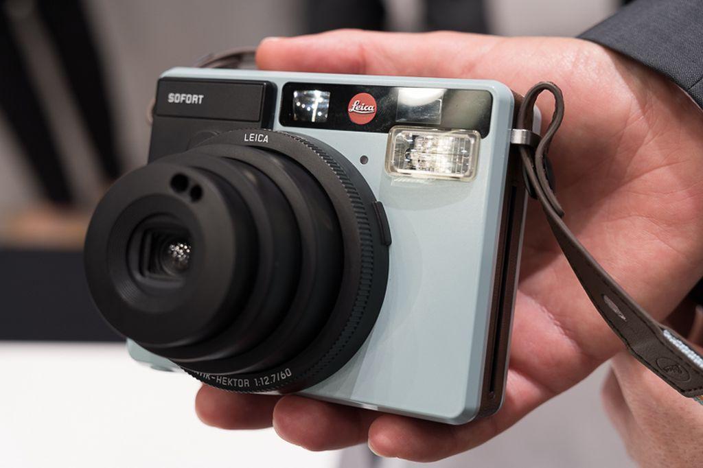 Desain kamera ini dirancang di Jerman, namun dibuat di China. Saat digenggam, Leica Sofort termasuk kamera yang ringan. Foto: Enche Tjin/Info Fotografi