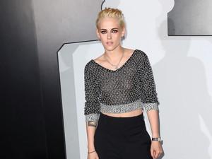 Gaya Kristen Stewart Pakai Lingerie Jadi Dress Edgy