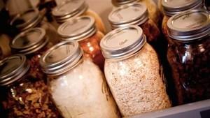 Manfaatkan <i>Mason Jar</i> untuk Wadah Bahan Makanan Kering dan Alat Dapur (1)
