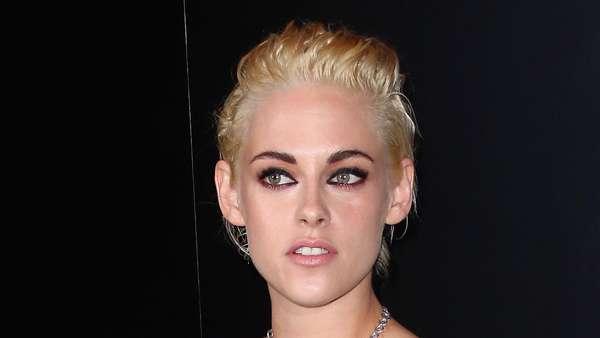 Gaya Kristen Stewart dengan Rambut Blonde dan Crop Top Chainmail