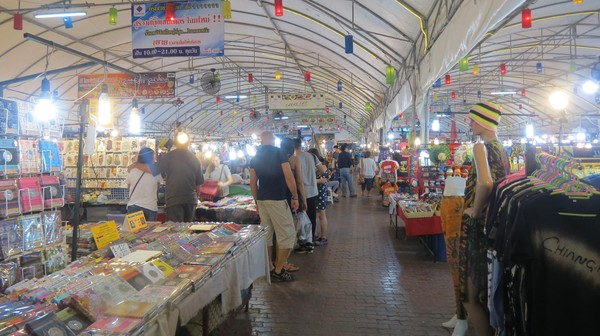 Yang ini adalah suasana di Anusarn Market. Lebih ramai wisatawan dan banyak pilihan barang (Fitraya/detikTravel)