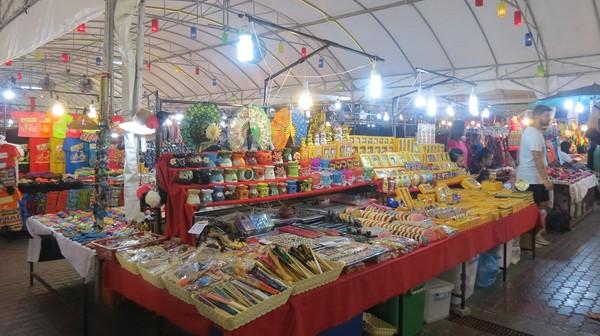 Lapak kaki lima di night market ini berjualan pakaian sampai suvenir. Beberapa ada yang pasaran, tapi beberapa juga khas Chiang Mai (Fitraya/detikTravel)