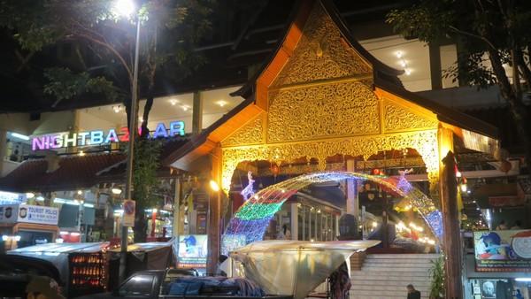 Inilah gedung Night Bazaar Chiang Mai. Gerai-gerai yang ada kebanyakan malah diisi dengan bar dari pada suvenir pedagang suvenir (Fitraya/detikTravel)