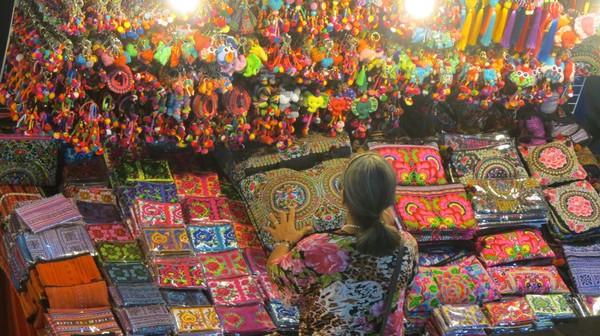 Seorang pedagang aksesoris bermotif Suku Karen yang warna-warni. Chiang Mai Night Market lebih rapi dari Bangkok dan penuh barang menarik (Fitraya/detikTravel)