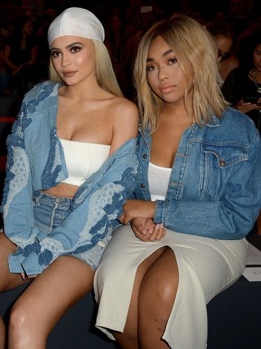 Kylie Jenner & Jordyn Woods di New York Fashion Week (Gustavo Caballero/Getty Images)