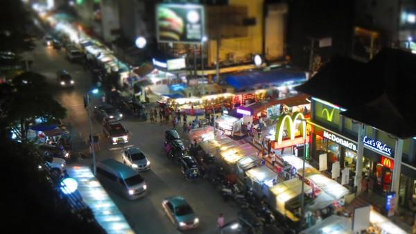 Chiang Mai Night Market membentang sepanjang jalan Chang Klan Road. Suasananya begitu ramai di malam hari (Fitraya/detikTravel)