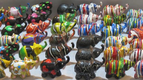 Aneka pajangan gajah mini yang lucu. Banyak suvenir yang dijual di Chiang Mai Night Market dari kerajinan kayu sampai gantungan kunci (Fitraya/detikTravel)