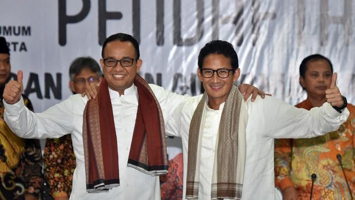 Bakal Calon Gubernur DKI Jakarta Anies Baswedan (kiri) dan Bakal Cawagub Sandiaga Uno (kanan) didampingi pimpinan partai pengusung menunjukkan mengangkat jempol saat pendaftaran di KPUD DKI Jakarta, Jumat (23/9). Pasangan Anies - Sandi Uno diusung oleh Partai Gerindra dan PKS. ANTARA FOTO/Yudhi Mahatma/16