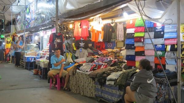 PKL di Chiang Mai lebih rapi. Selain berjualan di trotoar, mereka disediakan lapak dalam gedung pasar (Fitraya/detikTravel)