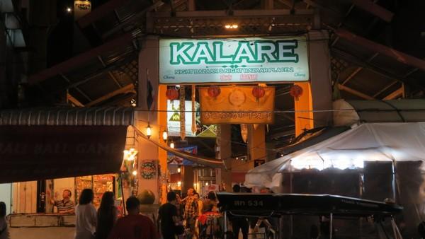 Inilah Kalare Night Bazaar. Ada aneka gerai kuliner dan beberapa menampilkan live music yang enak didengar (Fitraya/detikTravel)