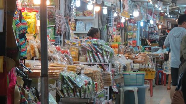 Di Anusarn Market ada jejeran gerai penjual manisan buah khas Thailand. Dari manisan mangga sampai durian, ada di sini. Lengkap deh! (Fitraya/detikTravel)