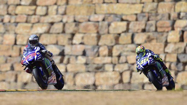 Valentino Rossi mengaku kecewa dan pergi dari Yamaha karena perlakuan tim tersebut pada Jorge Lorenzo.