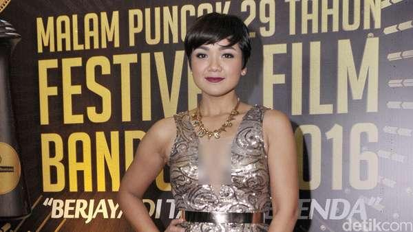 Sexy and Glamour! Gaya Nirina Zubir di Festival Film Bandung 2016