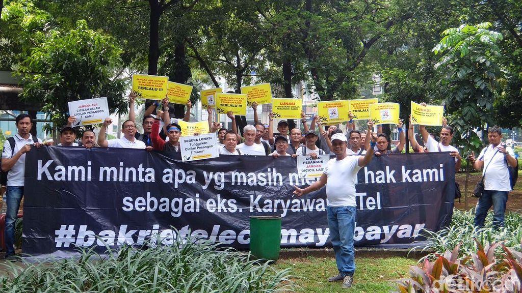 Cicilan pesangon yang tak kunjung dibayar pun memancing mantan karyawan BTel untuk demo. Seperti yang dilakukan hari ini, Selasa (27/9/2016), berlangsung daripukul 10.30, sekitar 50 orang meneriakkan tuntutan di depan Wisma Bakrie, Jakarta.Foto: detikINET/Adi Fida Rahman