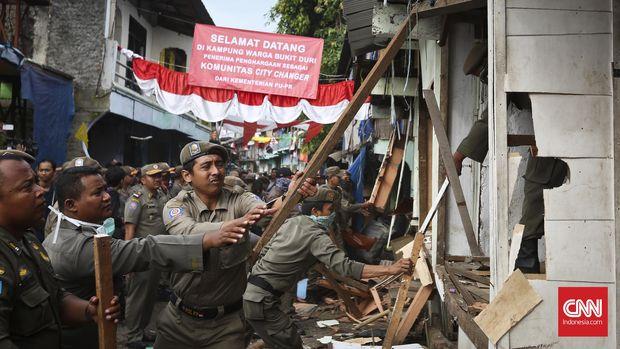 Salah satu bentuk penggusuran oleh Satpol PP DKI Jakarta di kawasan yang terkena proyek normalisasi Sungai Ciliwung, Bukit Duri, Jakarta, 28 September 2016.