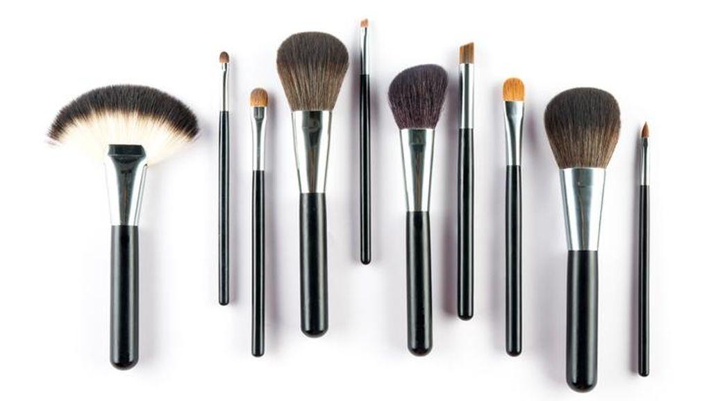 Pria Bersihkan Alat Makeup Istri, Endingnya Malah Bikin Netizen Prihatin