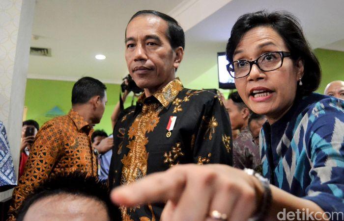 Presiden Joko Widodo (Jokowi) ditemani Menteri Keuangn Sri Mulyani dan Dirjen Pajak Ken Deijugeasteadi, pagi tadi mendatangi Kantor Pelayanan Pajak (KPP) Madya di Jalan Ridwan Rais, Jakarta Pusat.