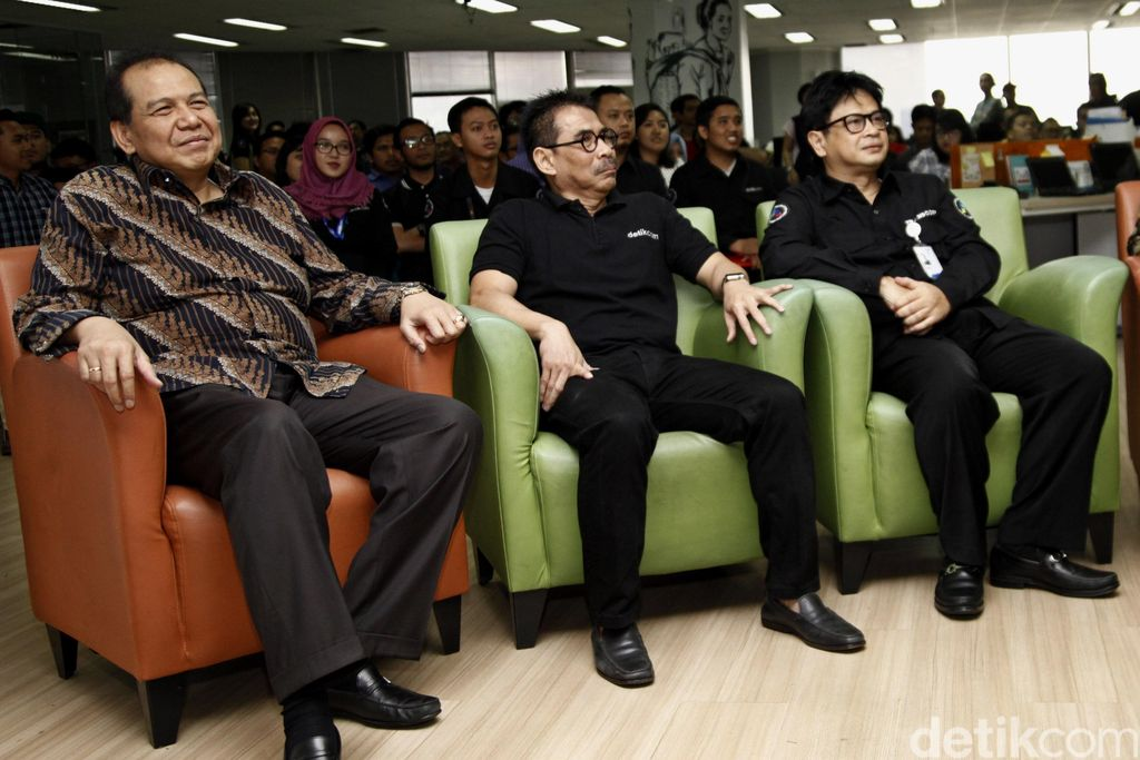 Budiono (tengah) bersama Bos CT Corp Chairul Tanjung (dok. Ridho/detikcom)