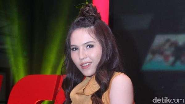 Olivia Jensen Tampil dengan Rambut Cepol