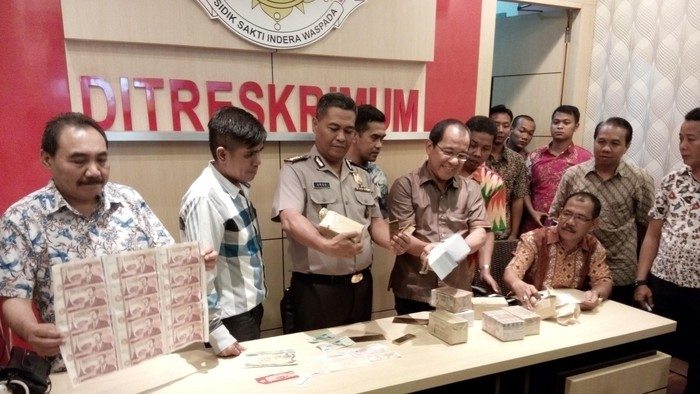 Polisi menunjukkan kertas palsu yang disebut Dimas Kanjeng dapat berubah menjadi uang (Foto: Rois Jajeli/detikcom)