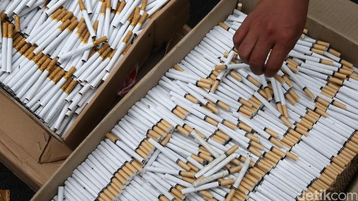 Direktorat Jenderal Bea Cukai (DJBC) menunjukan hasil penindakan rokok ilegal merek SUV sebanyak 11.266.600 batang di Jakarta, Jumat (30/9/2016). Menteri Keuangan Sri Mulyani dan Dirjen Bea Cukai Heru Pambudi turut menyaksikan jutaan batang rokok ilegal sebelum dimusnahkan.  (Ari Saputra/detikcom)