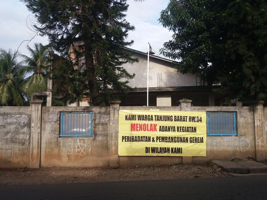 Foto: Spanduk penolakan warga terhadap GBKP Pasar Minggu (Arief Ikhsanudin/detikcom)